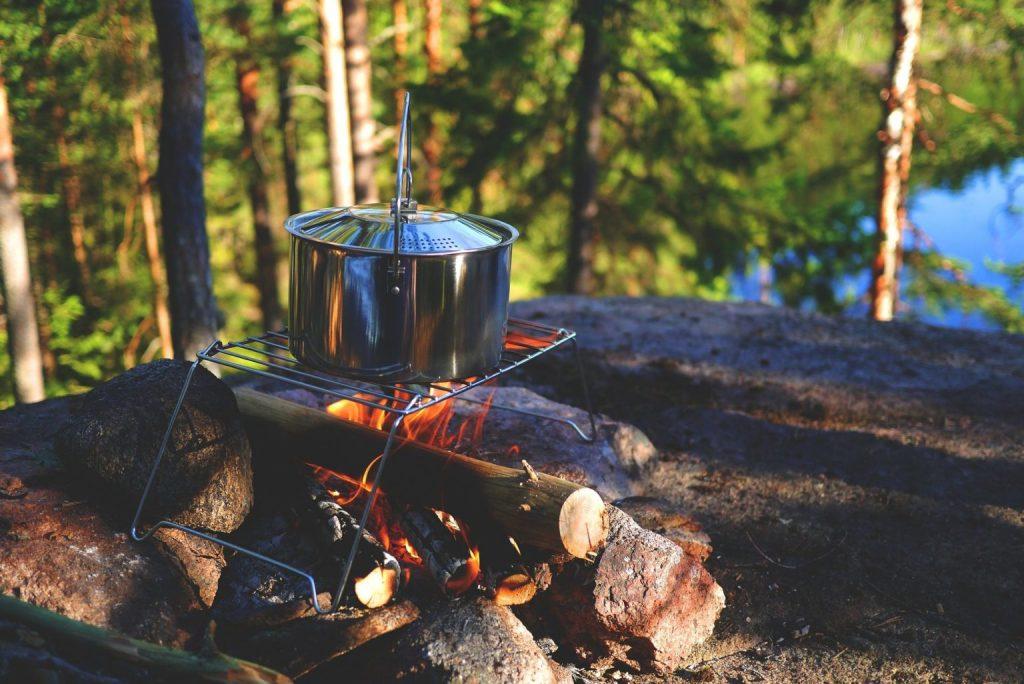 popotes de camping randonnée nature feu de camp