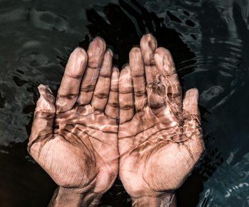 image de mains dans l'eau pour une bonne hygiène en randonnée