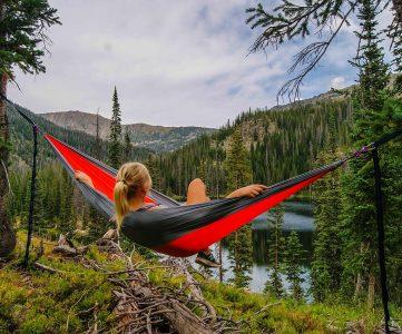image d'une femme sur son hamac en pleine nature